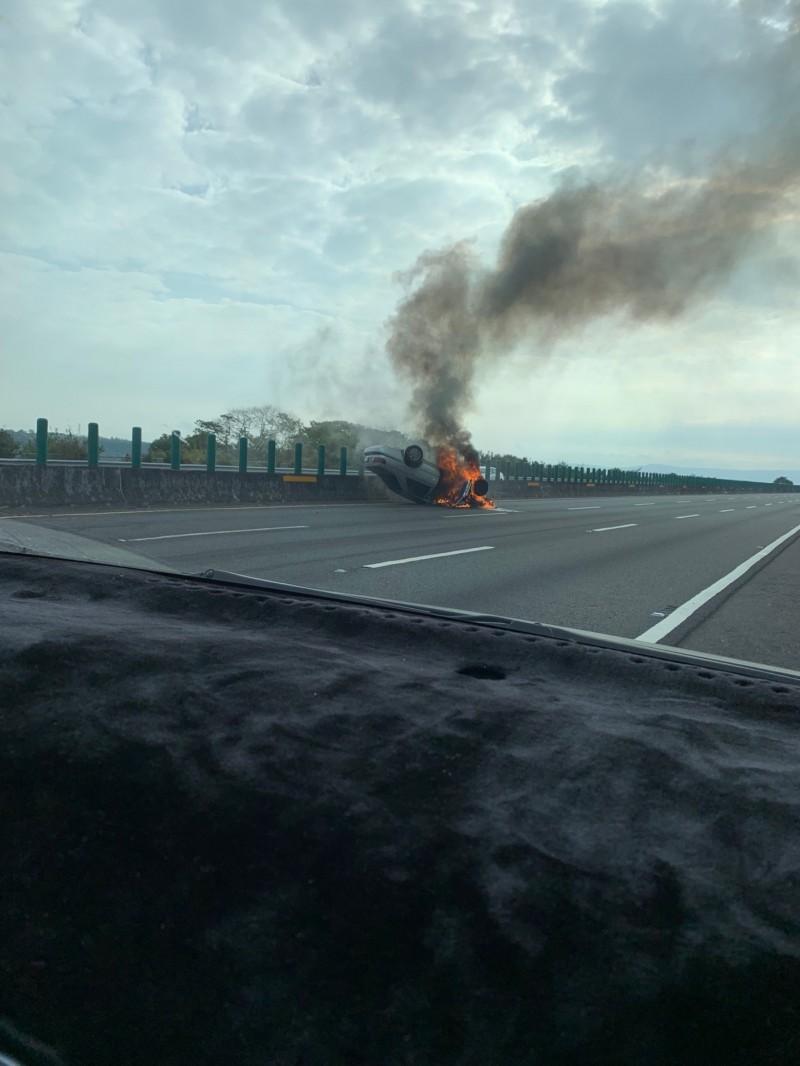 國道4號神岡段火燒車。(記者張軒哲翻攝)