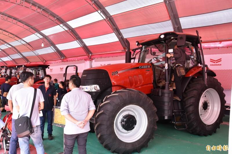 雲林國際農機展現場展示的大型農機曳引機。(記者黃淑莉攝)