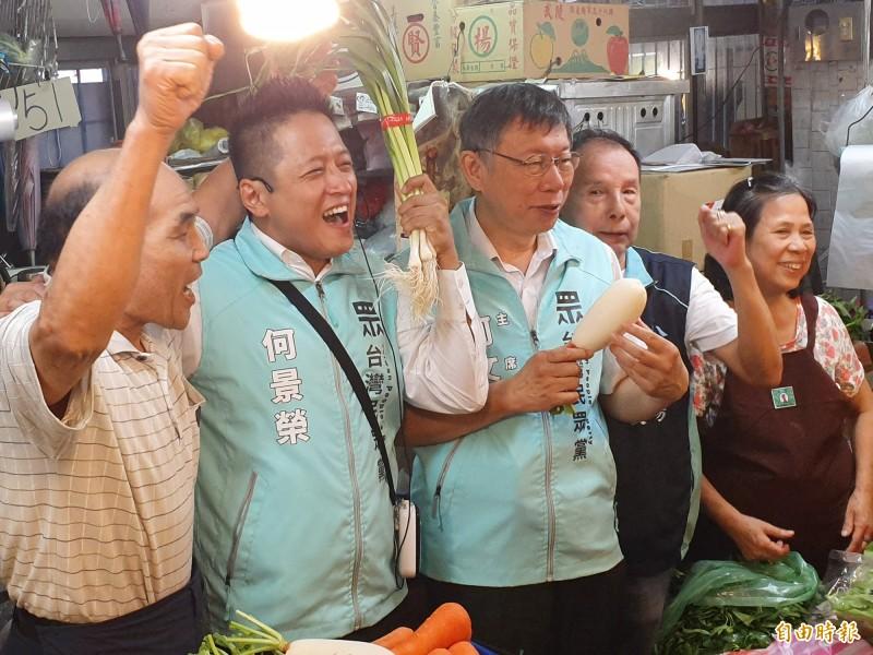 柯文哲今日陪同何景榮赴松江市場掃街。(記者林家宇攝)