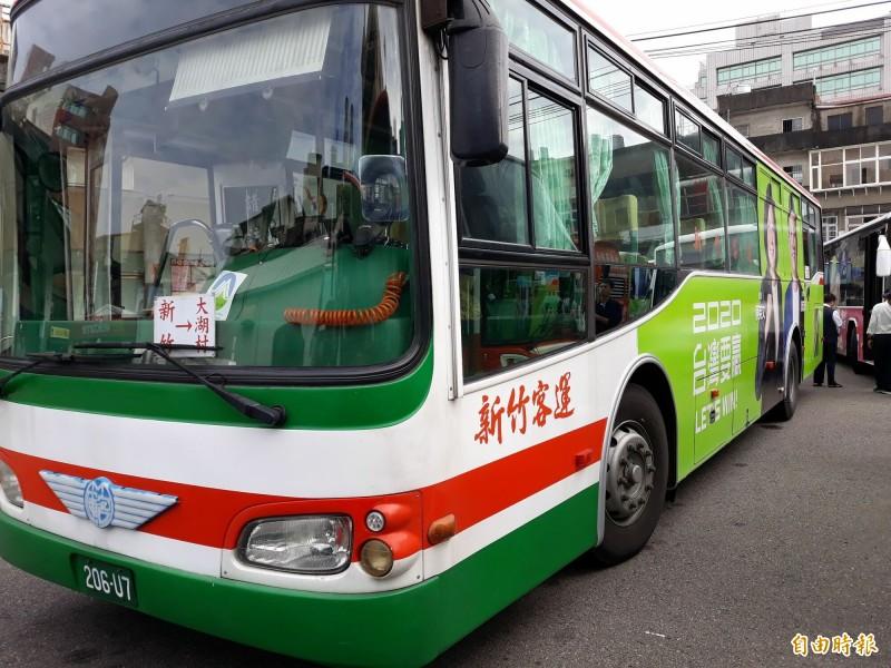 新竹市立委參選人鄭宏輝與總統蔡英文的公車合體廣告已在市區趴趴走,強大的氣場讓人眼睛一亮,過目不忘。(記者洪美秀攝)