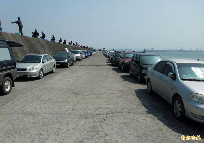 台中港北堤全面開放釣魚,釣友一字排開,場面十分壯觀。(圖擷取自蔡其昌臉書)