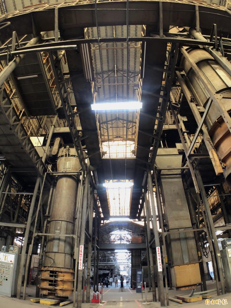 屏東菸葉廠的加工機具區第一次大規模定時導覽開放參觀,機具保留的完整度讓人大開眼界。(記者羅欣貞攝)