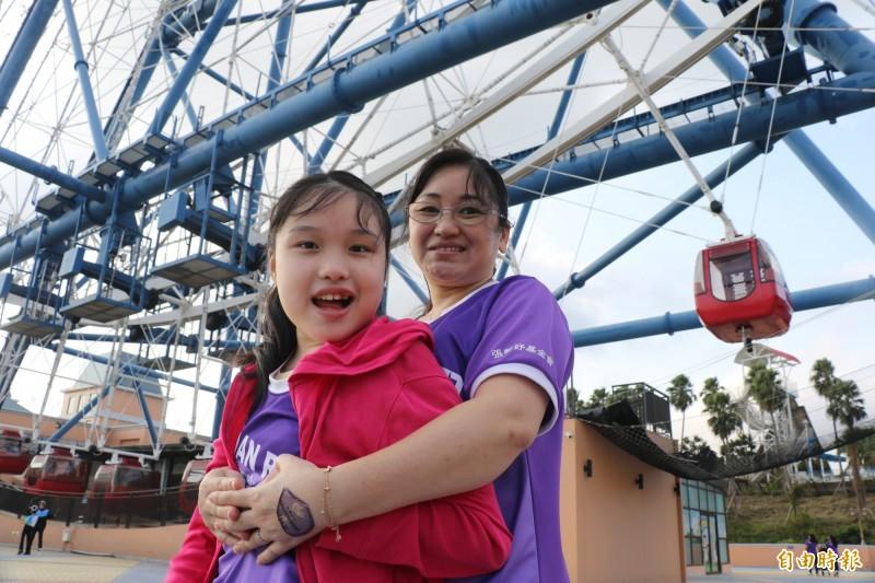 雷特氏症病友關懷協會成員蕭雅月與女兒暢遊樂園。(記者張軒哲攝)
