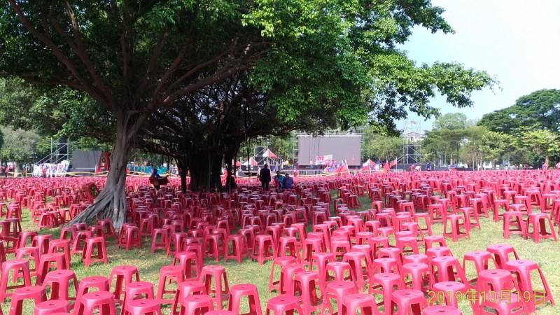 台南警方得知有韓國瑜造勢晚會水萍塭公園出現呂秀蓮連署書 ,急忙到現場找發放的民眾,但只看到一片椅子,沒有連署書。(記者王捷翻攝)