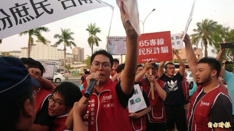 台灣基進組織部副主任李宗霖(中)等人大喊「韓國瑜滾出台南」。(記者王捷攝)