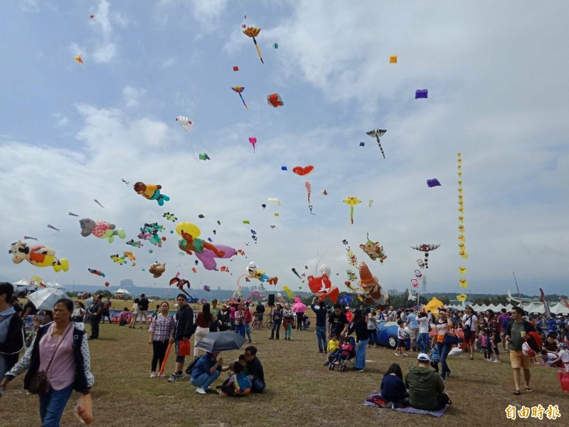 上千風箏在空中搖曳,美不勝收。(記者許倬勛攝)