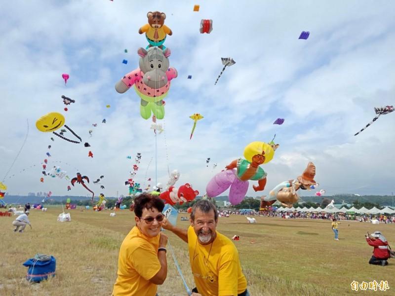 設計出阿拉丁與神燈巨型風箏的布里夫婦。(記者許倬勛攝)
