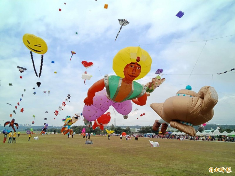 第二屆「桃園國際風箏節」今、明在中庄調整池景觀土丘登場,上千風箏升空美不勝收,瑞士風箏大師布里(Marcel Burri)自製全長13公尺的「阿拉丁與神燈」巨型風箏謀殺了不少底片。(記者許倬勛攝)