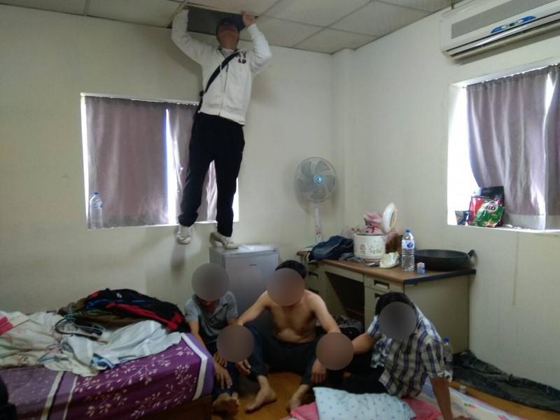 內政部移民署新竹市專勤隊組專案今天清晨在新竹市一處租屋處,查獲29名非法打工的外籍移工,有人還藏天花板,因肚子而露餡被查獲。(記者洪美秀翻攝)