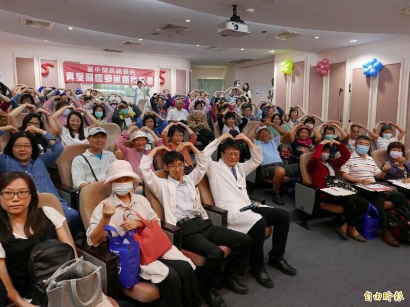台中榮總舉辦卵巢癌病友會,互相打氣,抗癌有成。(記者蔡淑媛攝)