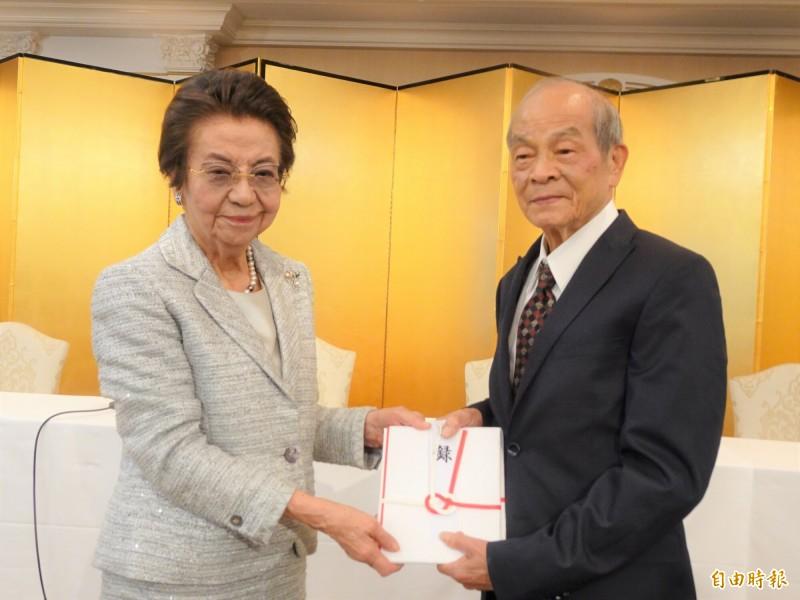 「日本櫻返鄉會」會長黃石城將贈樹清單交給安倍晉三之母安倍洋子。(記者林翠儀攝)