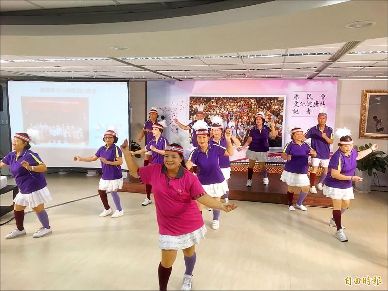 桃園市中壢文化健康站長輩表演熱歌勁舞,看不出來都是高齡長輩。(記者楊綿傑攝)