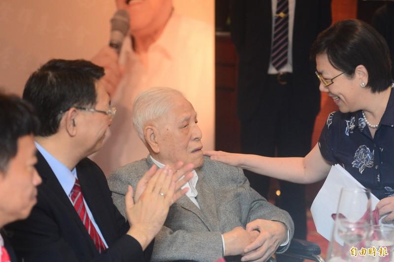前總統李登輝(中)出席李登輝基金會2019年募款餐會,女兒李安妮(右)代替李登輝念演講稿。(記者王藝菘攝)