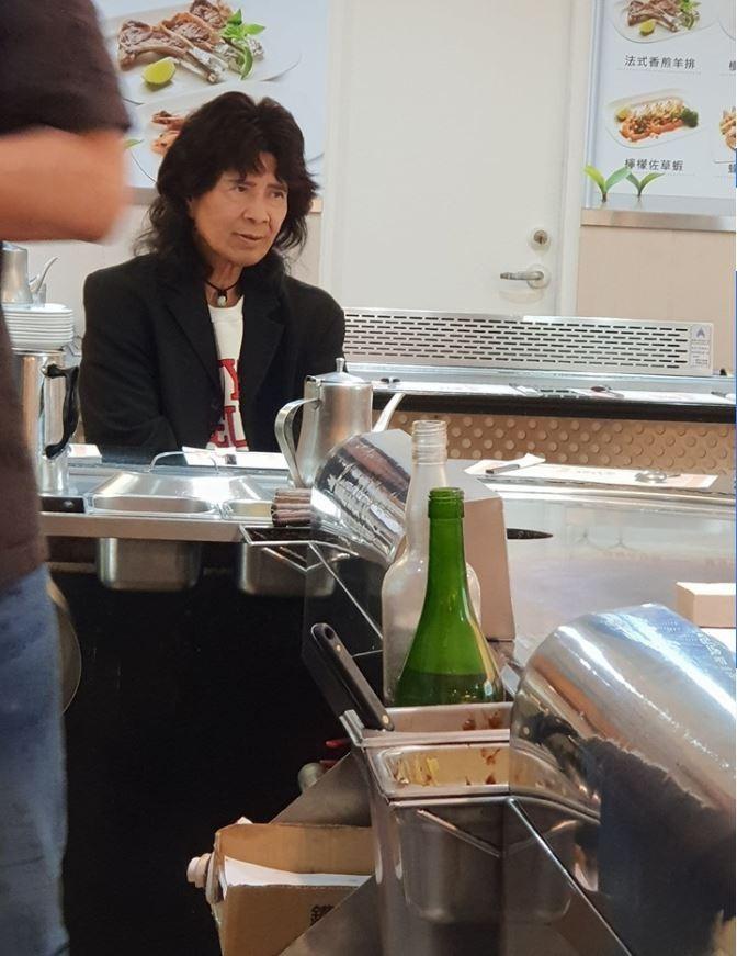 網友在鐵板燒餐廳遇到「舞棍阿伯」。(圖擷自爆廢公社)