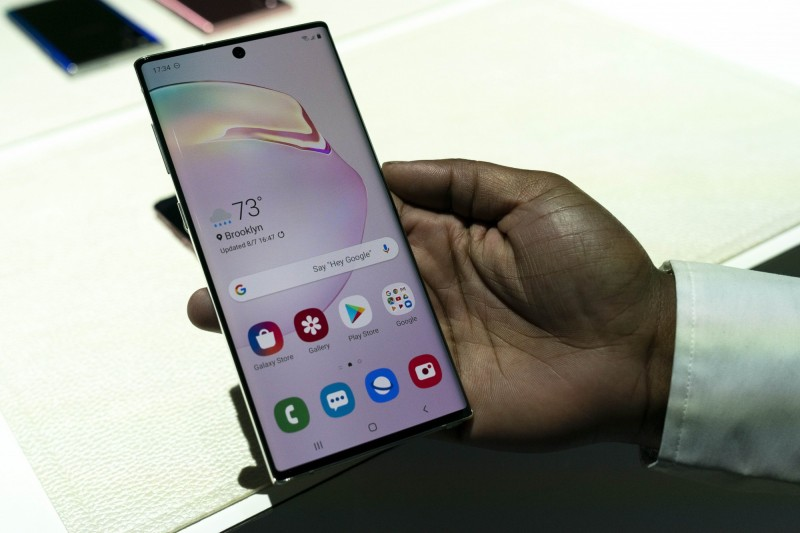 三星旗艦機種Galaxy S10、Galaxy Note 10的指紋辨識出問題,三星呼籲用戶立即把螢幕保護貼卸下。圖為Note 10手機。(法新社)