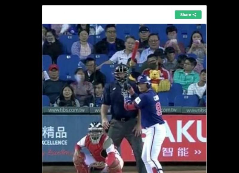 有網友發現,亞錦賽19日台灣與中國隊交手的比賽,本後有球迷帶著小熊維尼一起觀賽。(圖擷取自PTT)
