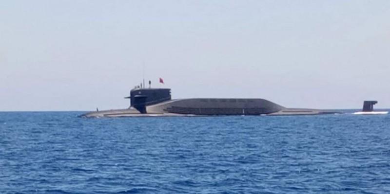 1艘中國潛艇9月被越南漁民拍到浮出南海海面,疑似是解放軍最新的「094」型核動力潛艇。(圖擷取自越南臉書)