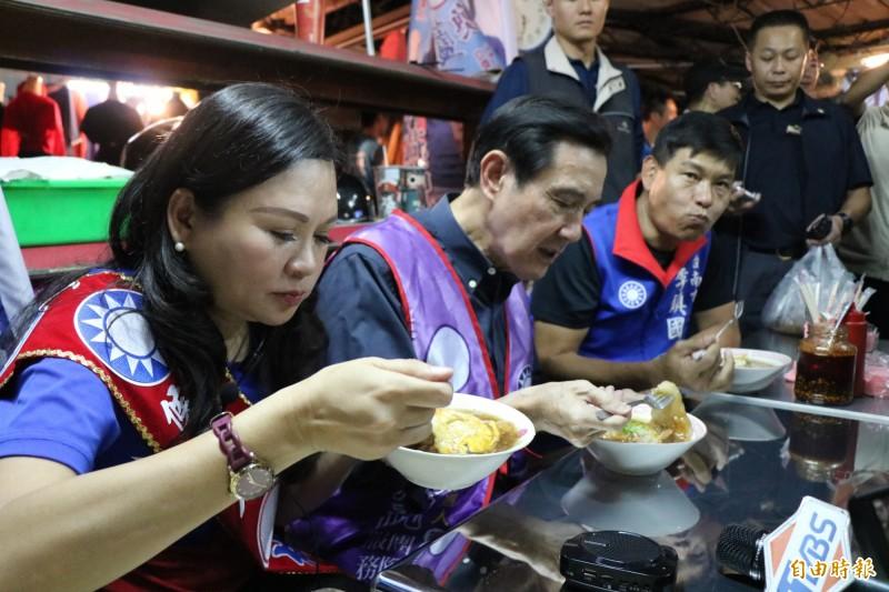 馬英九(左二)陪同國民黨立委參選人林燕祝(左一)到永康大灣黃昏市場掃街,品嘗肉粿。(記者萬于甄攝)
