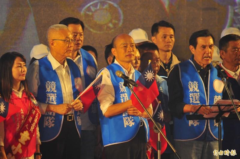 國民黨總統參選人韓國瑜(圖中)19日前進台南市出席造勢晚會,國民黨台南市黨部主委謝龍介在晚間7點宣布現場達10萬人。(記者王捷攝)
