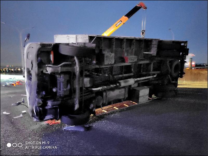 被撞翻的大貨車由吊車拖離。(民眾提供)