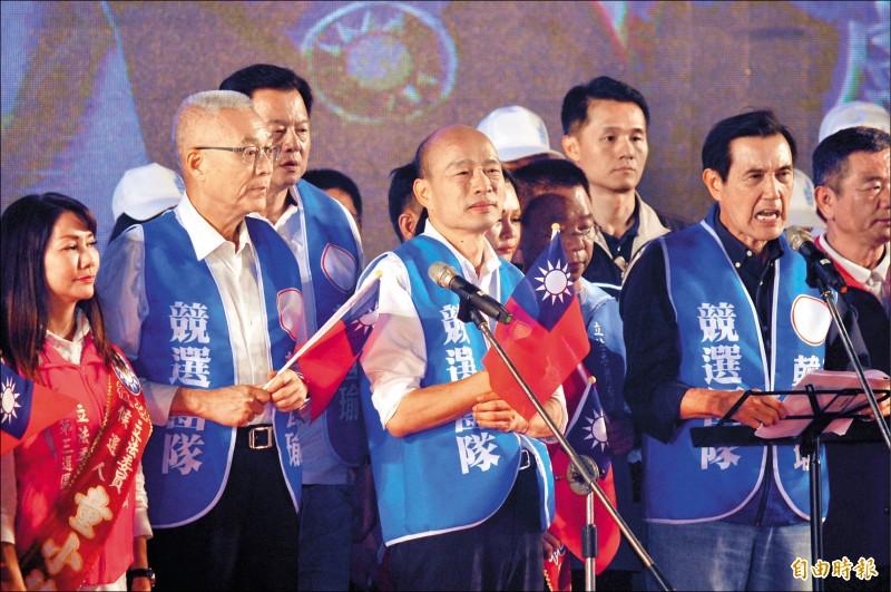 國民黨總統參選人韓國瑜昨晚在台南水萍塭公園辦造勢晚會,韓國瑜離開時,有民眾丟雞蛋抗議,擊中韓國瑜身邊的民眾及隨扈。(記者王捷攝)