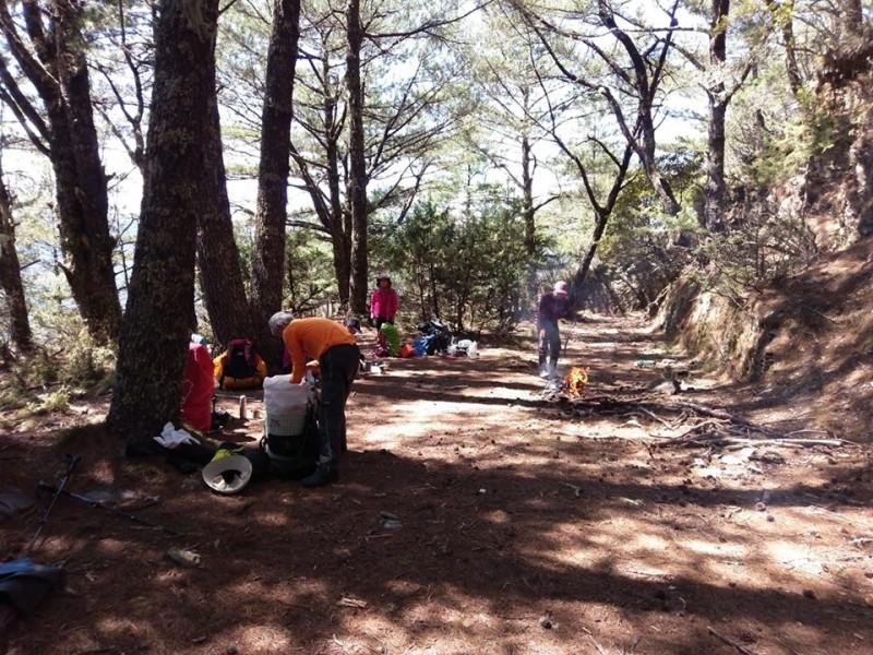 有民眾在玉山園區直擊山友燒垃圾,痛批水準低。(取自臉書社團「靠北登山大小事」)