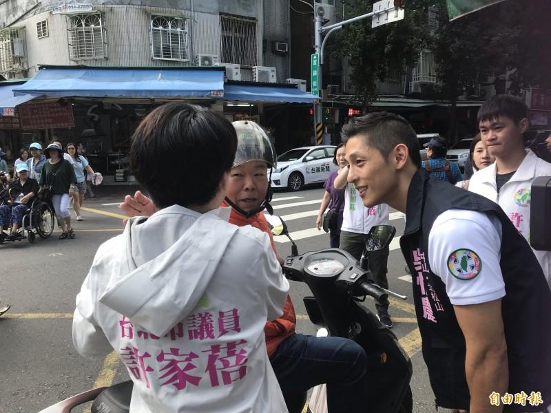 機車騎士停下幫吳怡農打氣。(記者蔡思培攝)