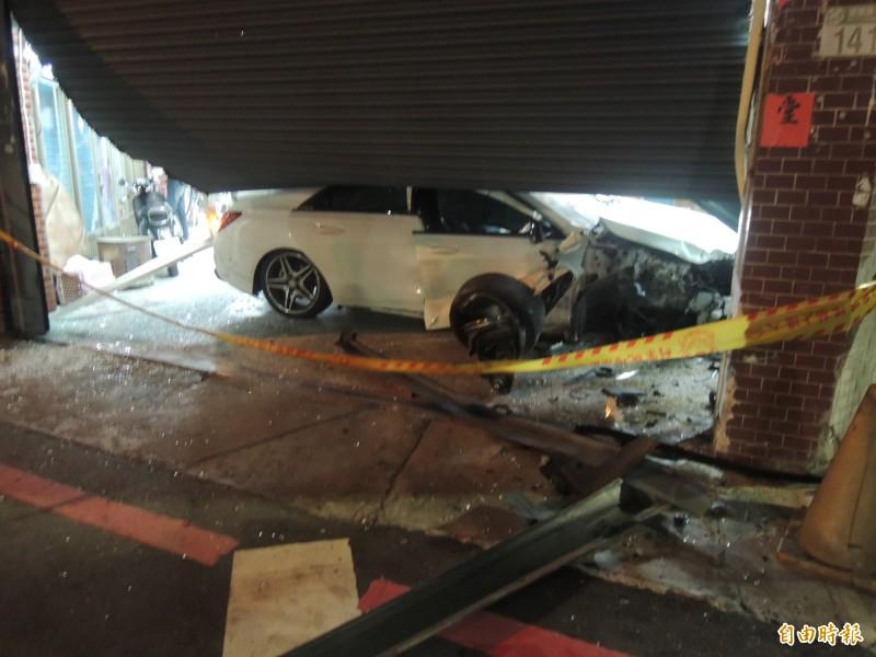 花蓮市建國與自強路口,今凌晨發生一起賓士車逆向超車失控撞入民宅意外。(本報記者攝)
