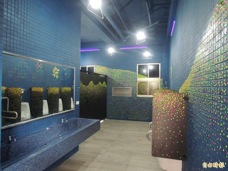 新竹市政府爭取中央經費,最近又獲5800萬元經費,總計已投入1億元,進行29校的校園廁所改善,讓孩子在學校不再憋尿怕上廁所,校園廁所也變乾淨明亮不再有異味。(記者洪美秀攝)