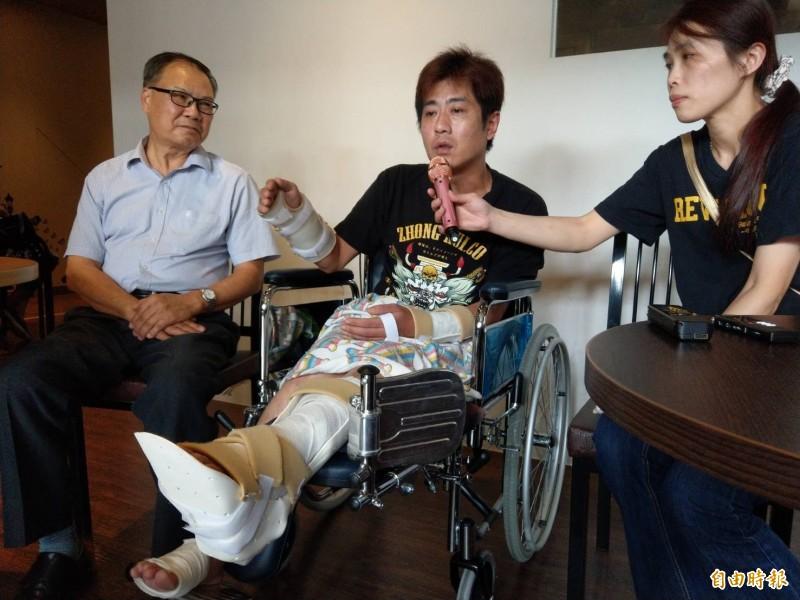 吳小哲上午手腳包著紗布、坐著輪椅,由律師(左)及女友(右)陪同出面控訴遭凌虐過程。(記者方志賢攝)