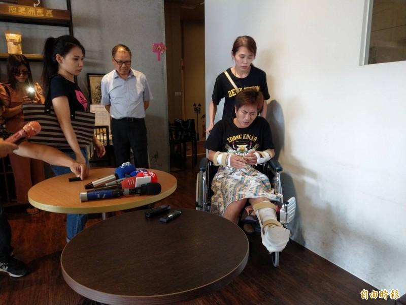 吳小哲坐著輪椅,並露出很痛苦的表情。(記者方志賢攝)