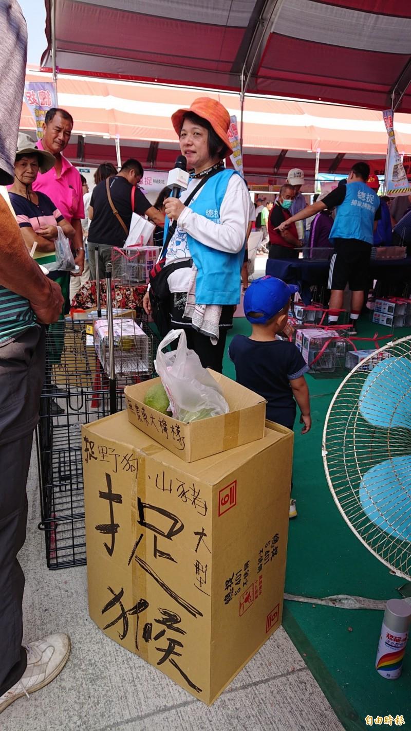 賣各種鐵籠子的業者大喊「捉猴ㄟ在這」,噱頭百出。(記者廖淑玲攝)