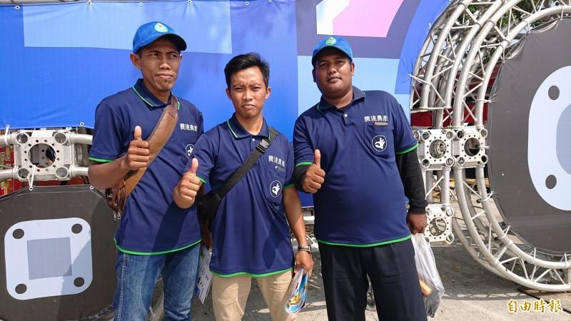 第一次到台灣的印尼青農Anam(中)、Majid(右)、Anto(左)參觀農機展都覺得很新奇(記者廖淑玲攝)