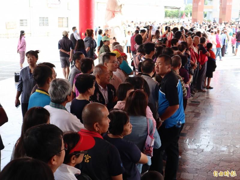 大批民眾慕名而來,在神岡萬興宮門口排等候蔡英文總統到臨。(記者歐素美攝)