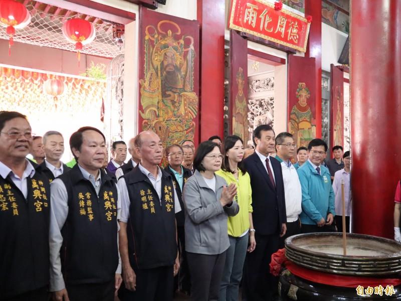 蔡英文總統在立委洪慈庸等陪同下到神岡萬興宮參拜。(記者歐素美攝)