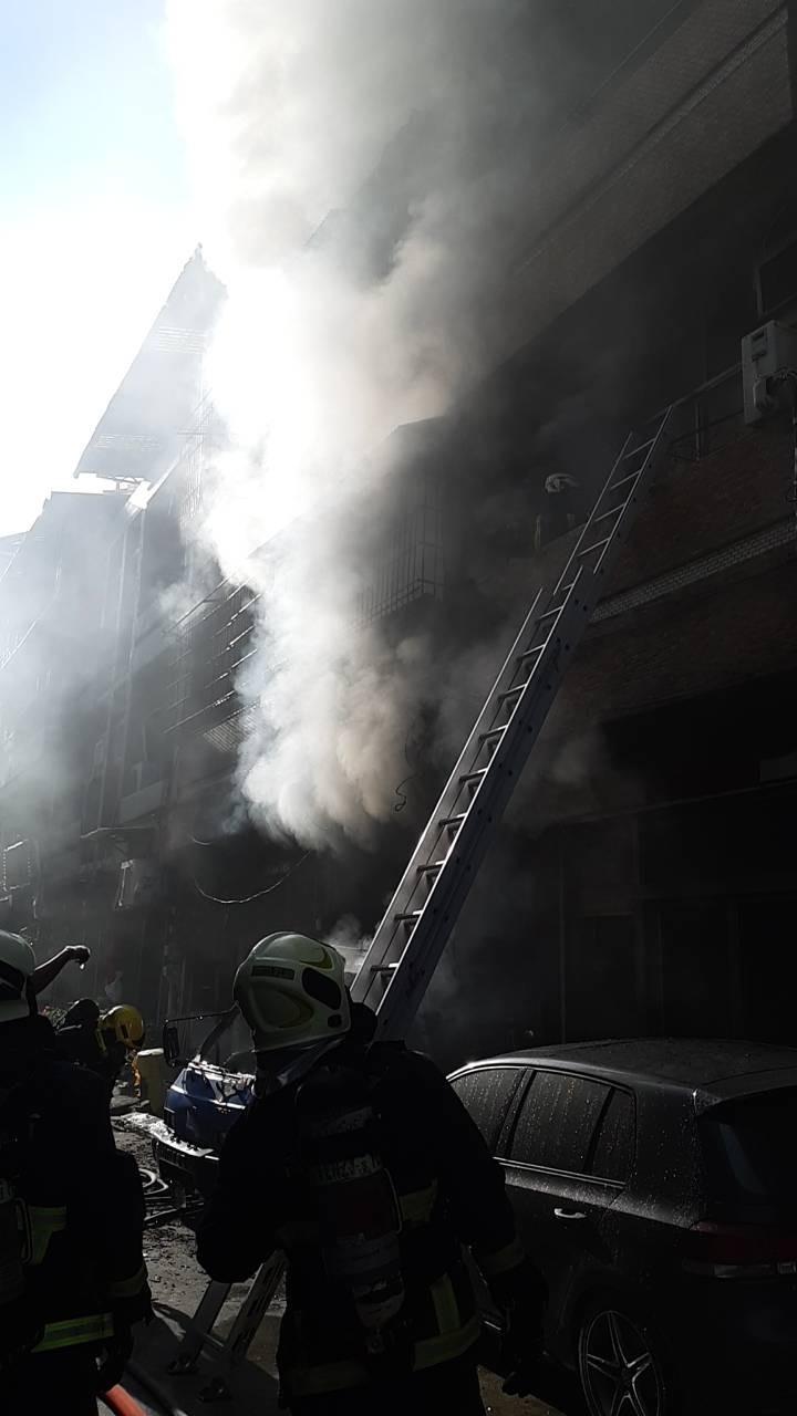 高雄市苓雅區廣東一街一處民宅,今下午傳出火警。(記者方志賢翻攝)