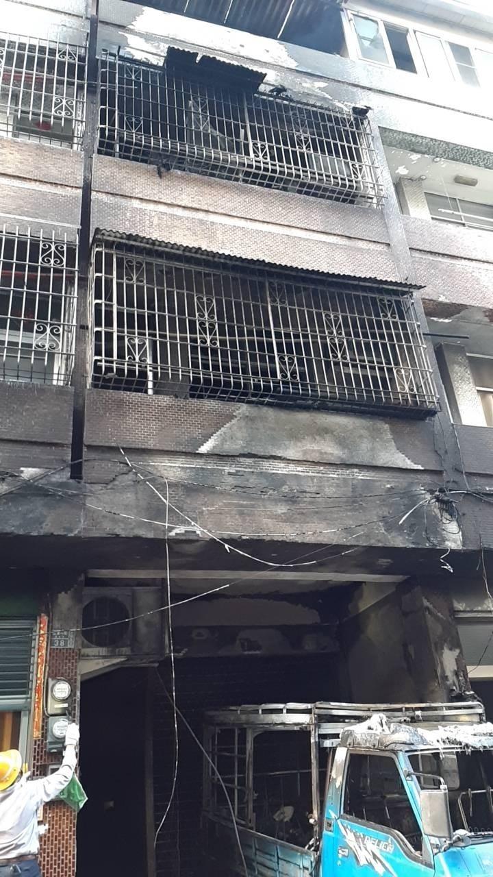 建物的1、2、3樓全部燒毀。(記者方志賢翻攝)