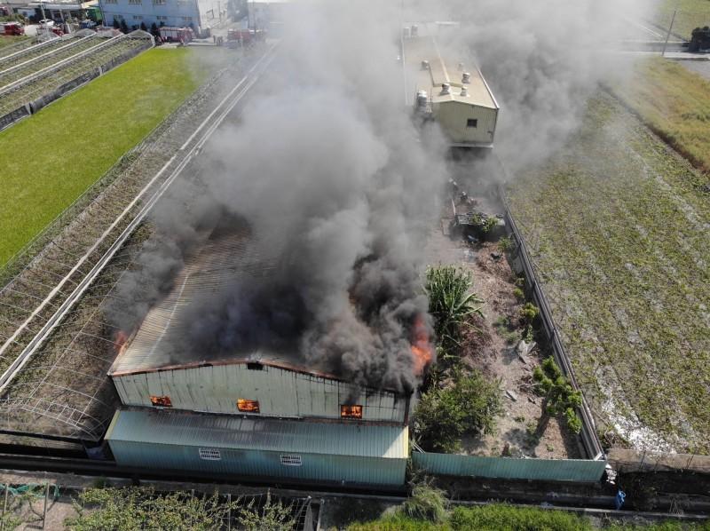 彰化埔鹽一木材器具工廠發生火警意外,大火濃煙不斷竄出,火勢驚人。(記者陳冠備翻攝)