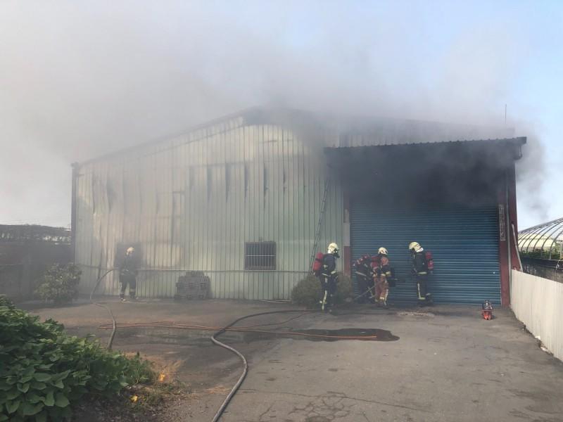 木材工廠起火,假日無人應門,消防人員準備重機具破門進入滅火。(記者陳冠備翻攝)