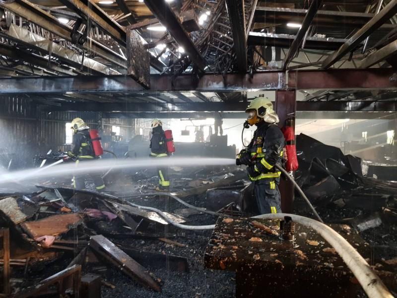 木材工廠內都是易燃品,起火後一發不可收拾,產品幾乎付之一炬。(記者陳冠備翻攝)