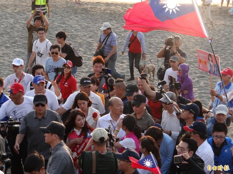 對沙灘已被其他單位捷足先登清理乾淨,韓國瑜(中者)仍走到台南南區黃金海岸瞭解海岸維護情形。(記者王俊忠攝)