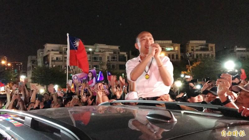 國民黨總統參選人韓國瑜離去前向支持者致意。(記者吳俊鋒攝)
