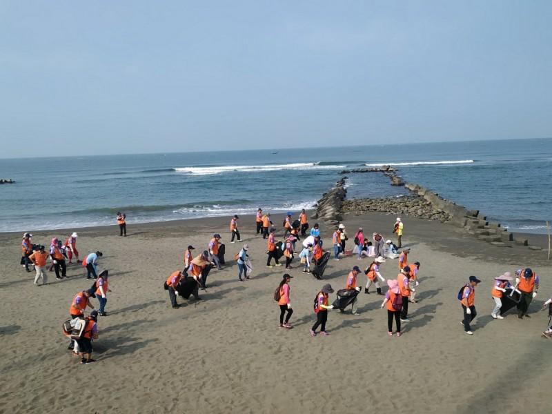 第六河川局防汛護水志工第六大隊志工和聖功女中的學生,週六前往黃金海岸淨灘。(淨灘志工提供)