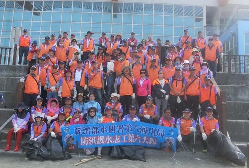 第六河川局防汛護水志工第六大隊志工在台南黃金海岸淨灘合影。(淨灘志工提供)