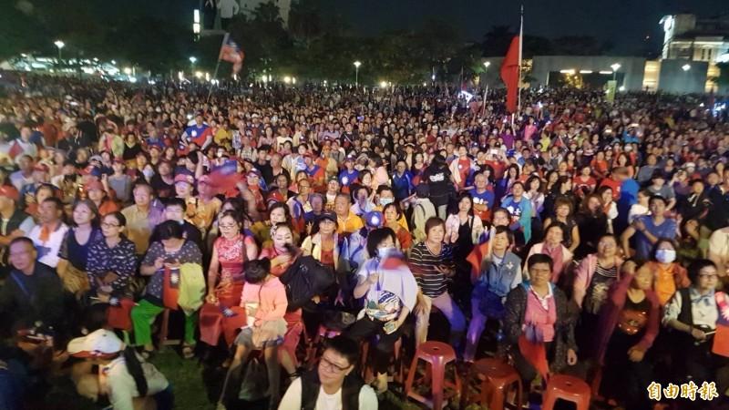 韓國瑜今晚在嘉義市造勢,主辦單位號稱有10萬人,警方估計現場約1萬5千人。(記者丁偉杰攝)