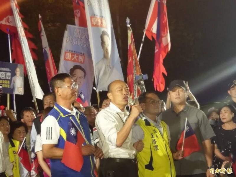 國民黨總統參選人韓國瑜今晚到嘉義市文化公園造勢,原定逛夜市行程,因人太多、走不進去而取消。(記者王善嬿攝)