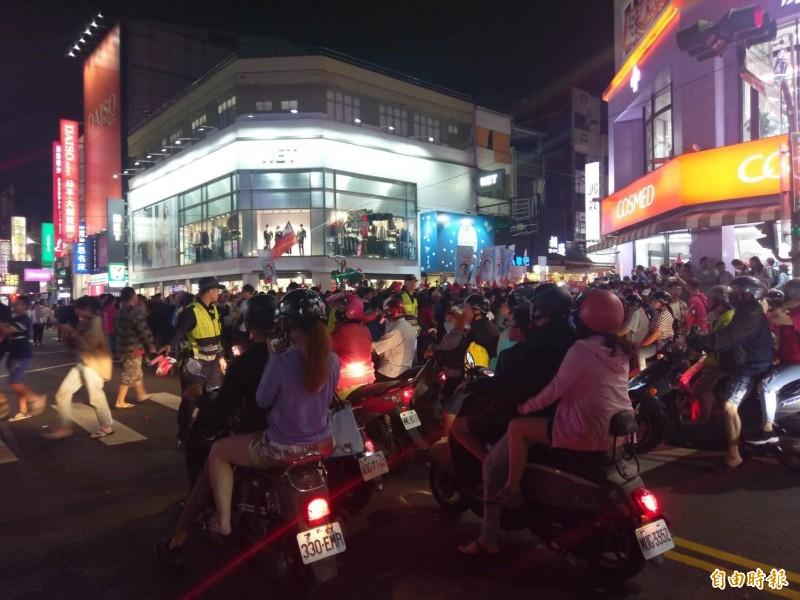 韓國瑜今晚到嘉義市逛文化路夜市,在文化、民族路口就因人車擁塞,取消原逛夜市行程。(記者王善嬿攝)