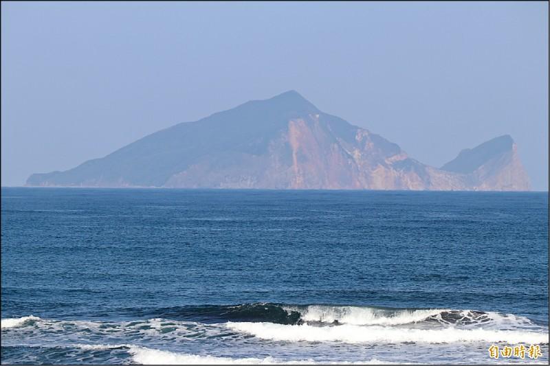 龜山島是宜蘭人的精神地標,昔日最多曾有700名住戶居住,隨著時代遷移,現島上除了海巡人員沒有住戶。(記者林敬倫攝)
