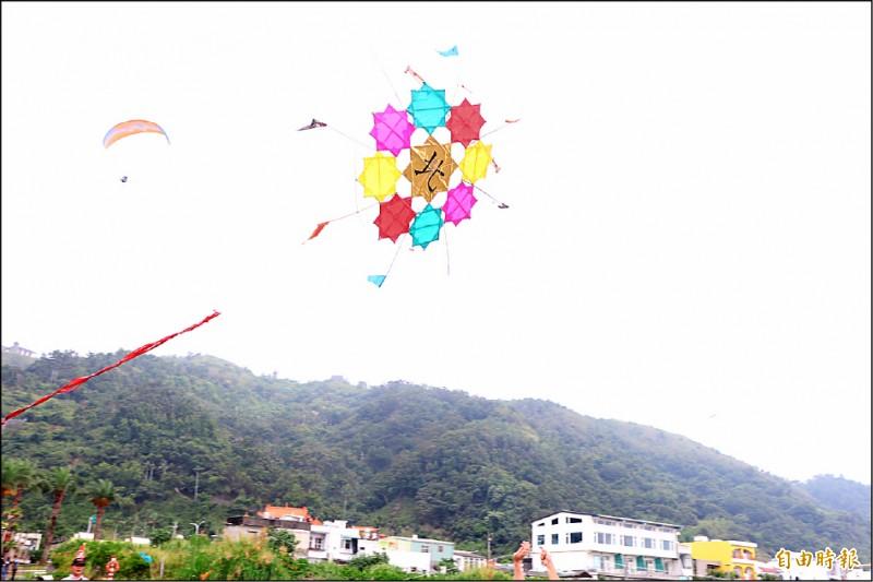 龜山島民獨創的72角風箏。(記者林敬倫攝)