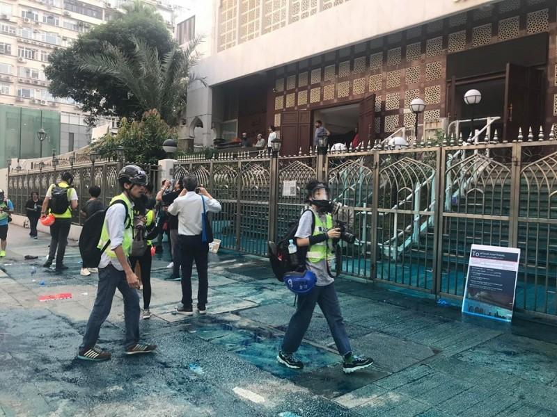 今日香港九龍大遊行中,香港警方水砲車行經尖沙咀清真寺時停車並朝清真寺發射藍色水。(圖擷取自臉書_譚文豪)